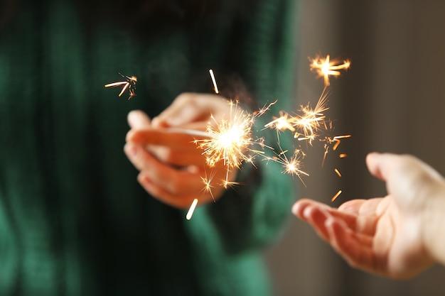線香花火で手のビューをクローズアップ