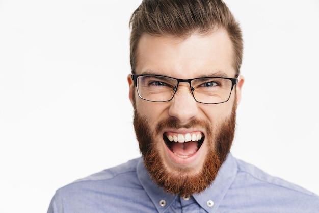Крупным планом зрения счастливый кричащий бородатый элегантный мужчина в очках радуется и смотрит