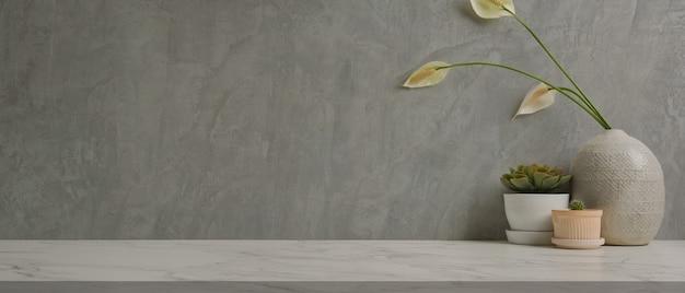 테이블에 복사 공간 식물 냄비와 꽃병 홈 인테리어 디자인의 뷰를 닫습니다