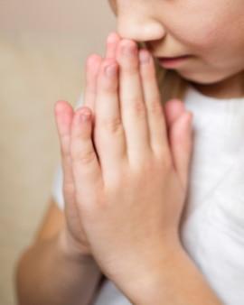 祈る少女のクローズアップビュー