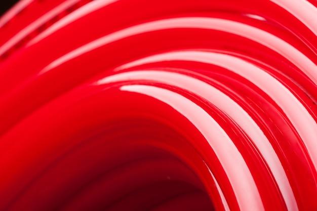 Крупным планом вид длинной красной водопроводной трубы