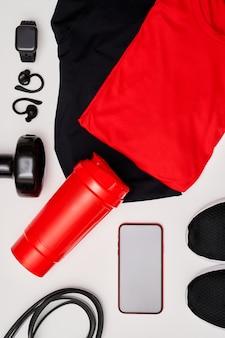 Взгляд конца-вверх мужского оборудования разминки для тренировки дома или в студии или спортзале на белой предпосылке. концепция здорового образа жизни