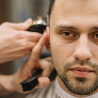 散髪をしている男性のクローズアップビュー