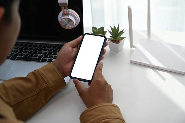 Крупным планом вид рук человека с помощью смарт-телефона подключения wi-fi интернет дома.
