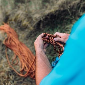 ロープを持つ男のビューを閉じる