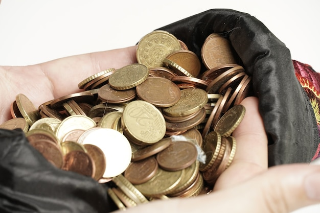 Крупным планом вид мужчин руки, хватая много монет на белом фоне экономическая концепция прибыли