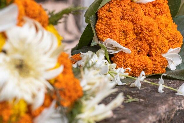 선택적인 초점으로 지상에 있는 금잔화 꽃다발의 클로즈업 보기