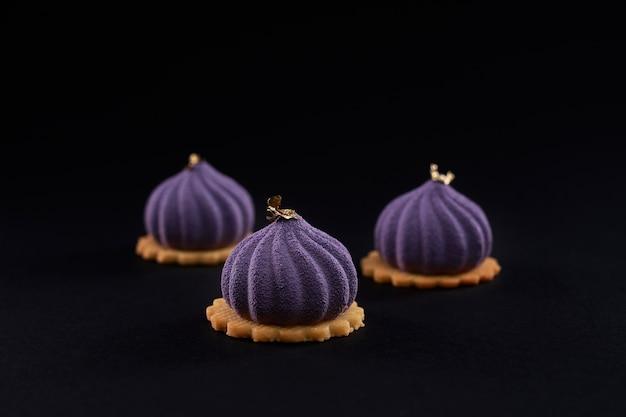 分離されたイチジク形のマットな紫色のデザートのクローズアップビュー