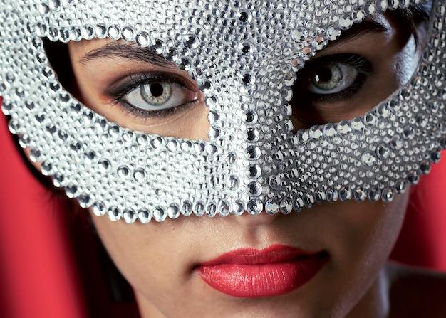 カーニバルマスクを持つ謎の女性のクローズアップビュー