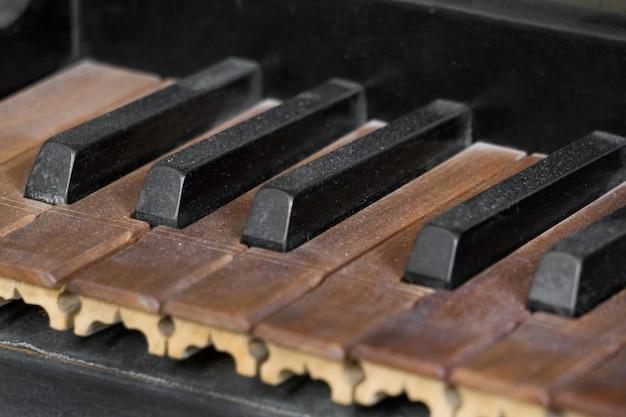 오래된 피아노 또는 오르간 키보드의 보기를 닫습니다.