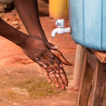 Крупным планом лицо, мытье рук