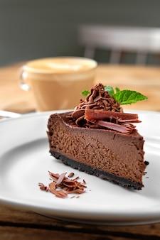 カプチーノとチョコレートケーキのクローズアップ表示