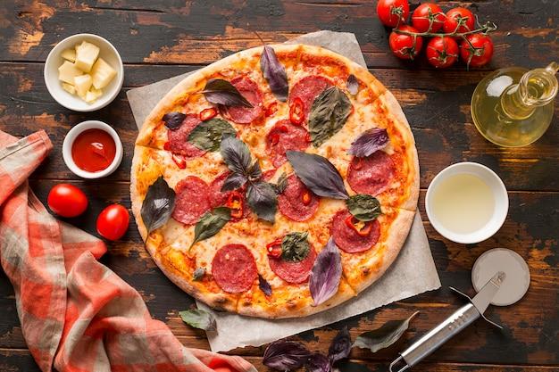 木製のテーブルでピザのクローズアップビュー