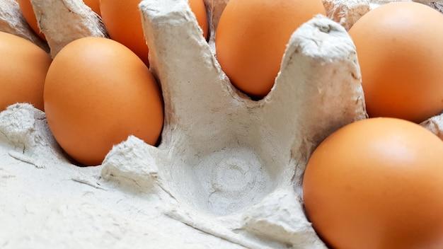 卵ボックス内の生の鶏卵の拡大図。