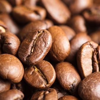Крупным планом вид жареных кофейных зерен