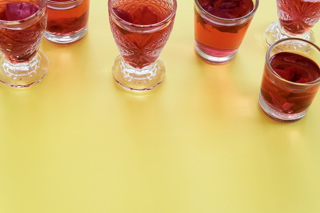 노란색 배경에 장미 다과 음료의 보기를 닫습니다