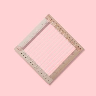 분홍색 배경에 고립 된 양탄자 프레임의 뷰를 닫습니다. 디자인 요소에 적합합니다.