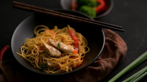 箸で黒いボウルでシェズワン麺のクローズアップ表示