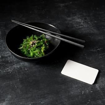 コピースペースと海藻サラダのクローズアップビュー