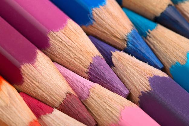 Крупным планом острые красочные карандаши