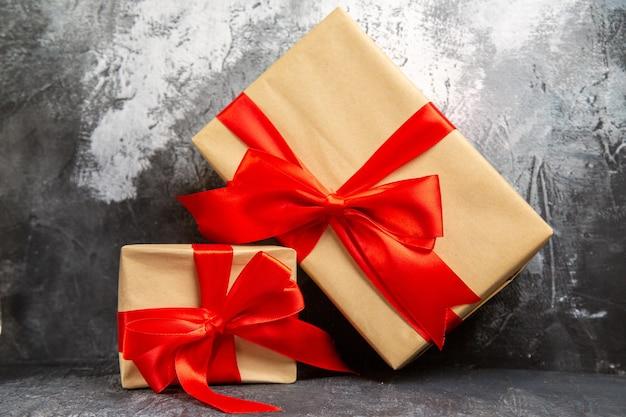 Крупным планом вид маленьких и больших рождественских подарков