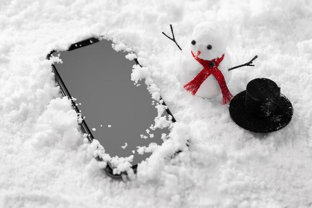 雪の中でスマートフォンのクローズアップビュー