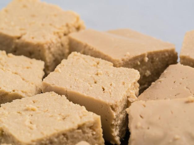 大豆チーズ豆腐のさいの目に切ったコピースペースの拡大図