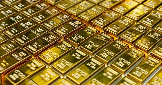 Крупный план расположения блестящих золотых слитков стека в ряд. понятие успеха в бизнесе и финансах