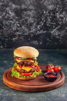 여유 공간이있는 어두운 색 표면에 나무 커팅 보드에 맛있는 샌드위치 토마토 케첩의 뷰를 닫습니다