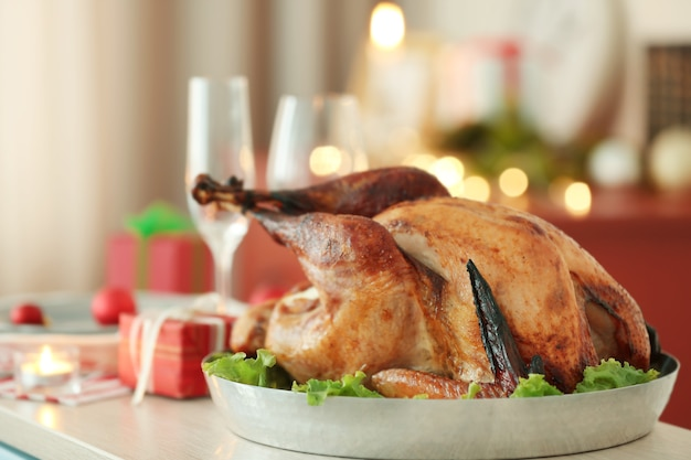 흐린 표면에 크리스마스 저녁 식사를 위해 준비된 맛있는 칠면조의 뷰를 닫습니다
