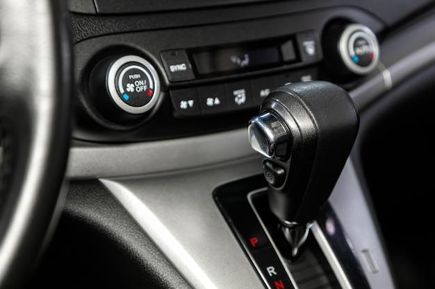 Рычаг автоматической коробки передач крупным планом. салон автомобиля, рычаг переключения передач акпп