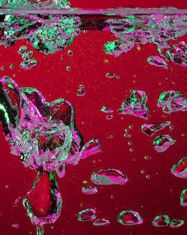Крупным планом вид холодной и свежей колы с яркими пузырями в неоновом свете