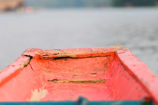 木製のボートの正面の拡大図。