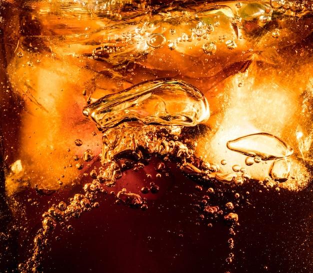 Крупным планом вид кубиков льда на темном фоне колы
