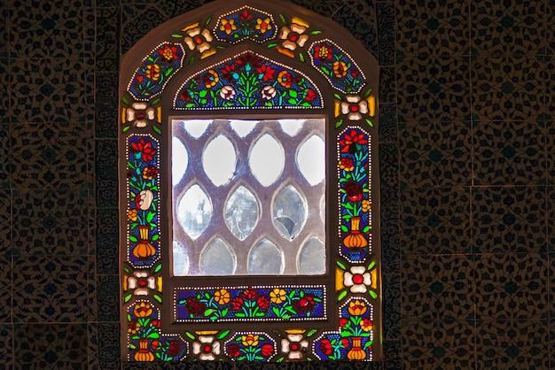 Крупным планом вид окна с красочными цветочными витражами в церкви топкапы, турция.