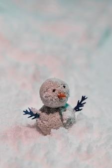 雪の上の小さな雪だるまのクローズアップビュー