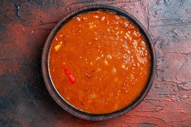 혼합 색상 테이블에 갈색 그릇에 토마토 수프의 뷰를 닫습니다