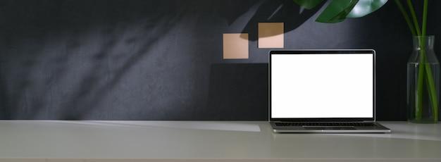 Крупным планом вид модного рабочего пространства с макетом ноутбука, вазы для растений и копией пространства