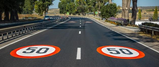 時速50kmの2つの拡大図、アスファルト道路に描かれた制限速度標識。パノラマバナービュー。
