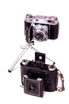 두 개의 레트로 빈티지 사진 카메라 흰 배경에 고립의 뷰를 닫습니다.