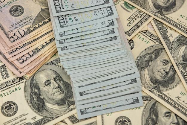 배경으로 우리 돈 지폐의 보기를 닫습니다. 비즈니스 개념입니다. 100달러 지폐입니다.