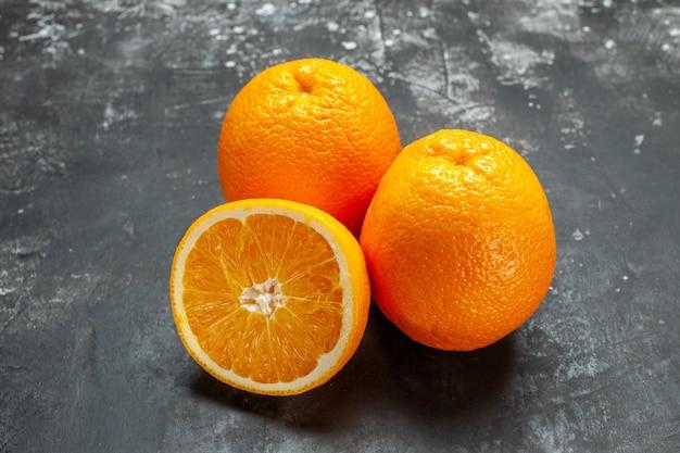 회색 배경에 비타민 소스 컷 및 전체 신선한 오렌지의 클로즈업 보기