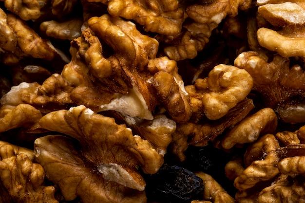 Крупным планом вид грецких орехов, разбросанных на деревенском