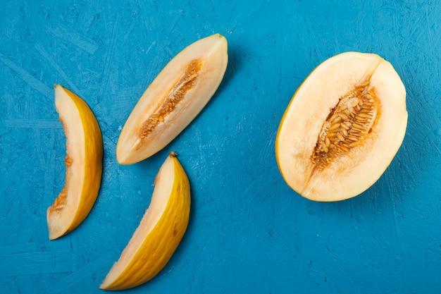Крупным планом вид арбуза на синем фоне