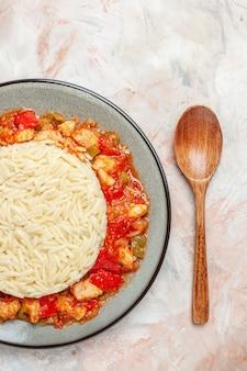 닭고기와 토마토 소스를 곁들인 흰색 일반 쌀 식사의 클로즈업 보기