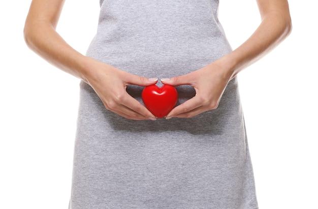 Крупным планом вид женщины с красным сердцем на белом