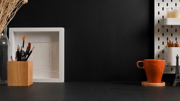 Крупным планом вид рабочего места с канцелярскими принадлежностями, макет рамки кружки и копией пространства в комнате домашнего офиса