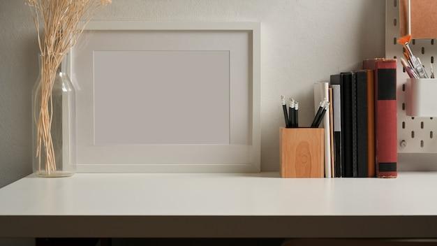Крупным планом вид рабочего места с канцелярскими принадлежностями в комнате домашнего офиса