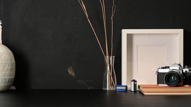 Крупным планом вид рабочего стола с макетом рамки
