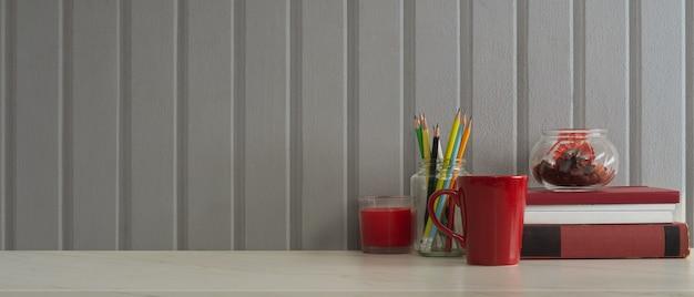 文房具、本、マグカップ、装飾、ホームオフィスのコピースペースと作業テーブルのクローズアップ表示